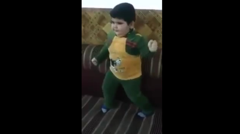 Wetten, dass dieser kleine Junge besser als Du tanzen kann?